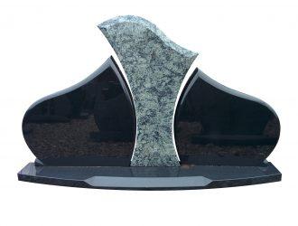 Trijų dalių juodo kareliško (0,75×0,43 m) Gabro Diabaz (0,55×0,69 m; 0,50×0,62 m) ir Olive Green (0,75×0,43 m) granito paminklas su pjedestalu (0,35x 1,7m).