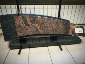 Auroros (35×116 cm) ir juodo Karelo(28×103 cm) granito plokščių su pjedestalu (120x15cm) ir atraminėmis kojelėmis (35×11) paminklas